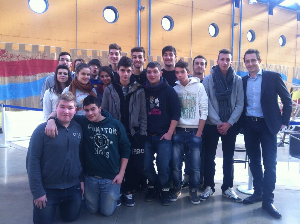 Filippo Berto y los chicos de la escuela de tapicería Meda