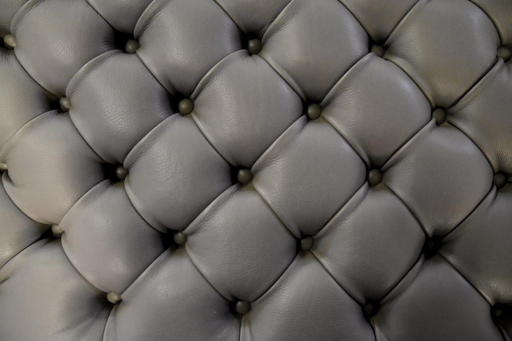 Tapizado en cuero y trabajo copetudo para la cama otomana Al de Berto