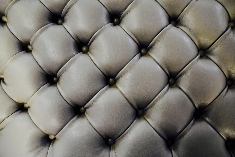 Puf de cama Al de piel chesterfield