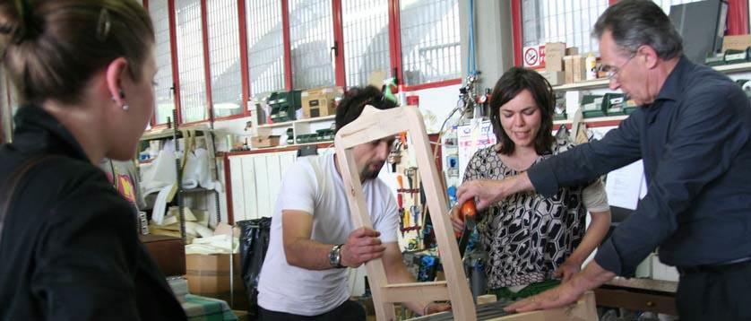 Fioravante BertO con sus clientes en el taller