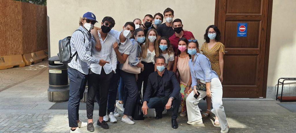 Filippo Berto con los estudiantes de la Università Cattolica de Milán en el taller del Hackathon BertO