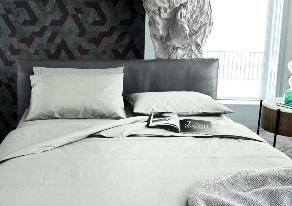 Combinación sábana Yoko de algodón 100% Stone Washed de color verde con cama Soho en piel de color gris