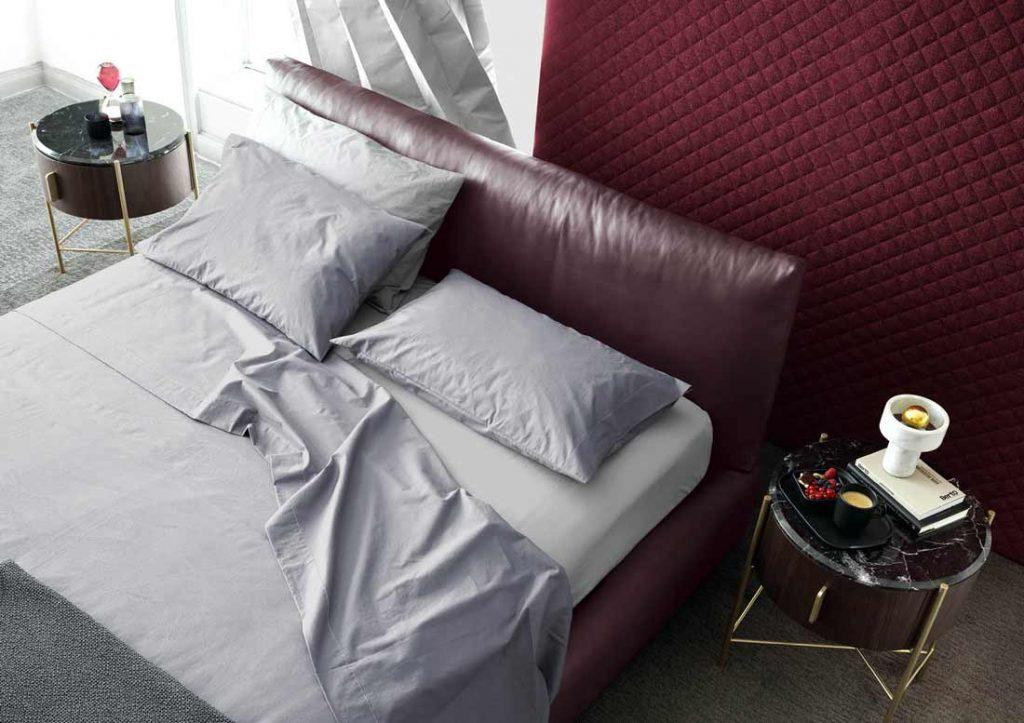 El juego de ropa de cama Yoko de algodón gris viste con elegancia la cama de piel Soho