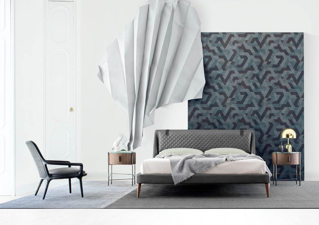 Dormitorio amueblado con: Cama de piel Chelsea, mesita de noche Roi y sillón negro Patti